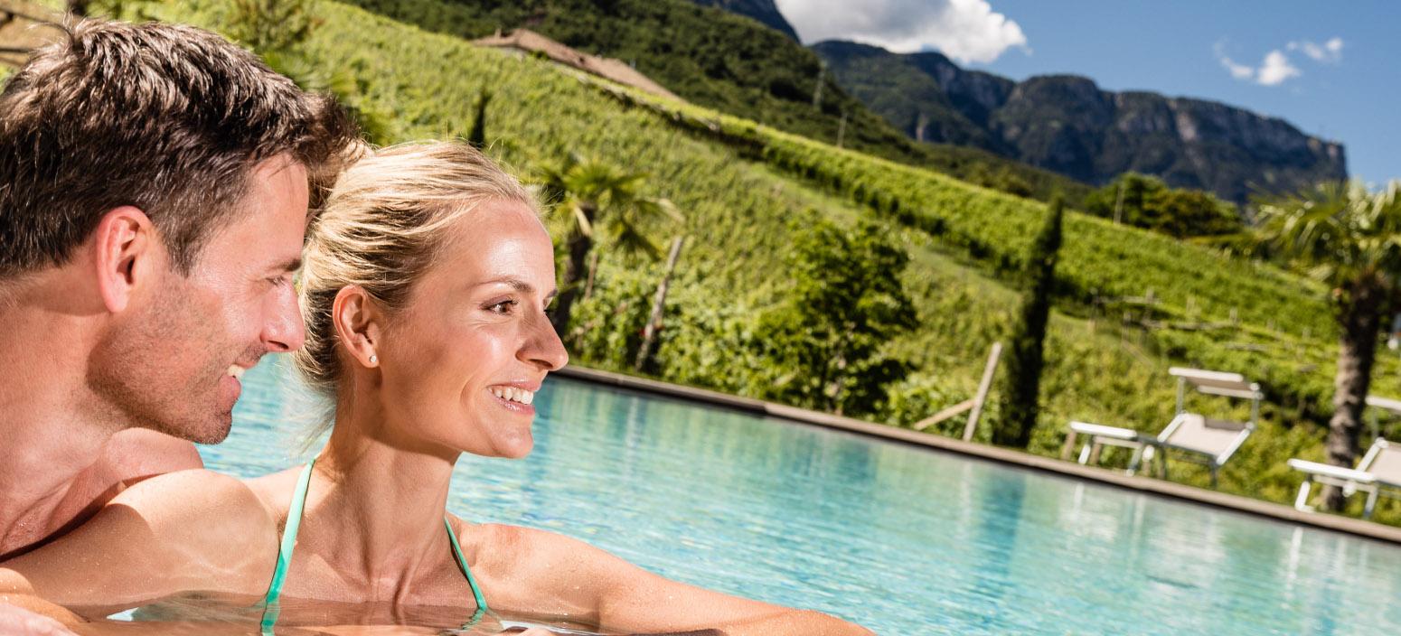 Hotel Infinity Pool in Kaltern - Entspannen im Hasslhof Kalterer See Hotel mit Pool