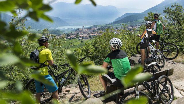 Radfahrer-mit-Blick-ber-Kaltern-Bildrecht-Helmuth-Rier
