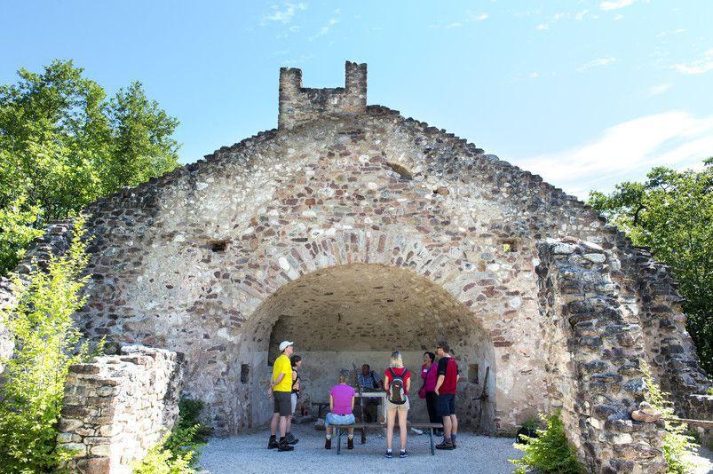 Wanderung-zur-Peters-Ruine-Quelle-Helmuth-Rier