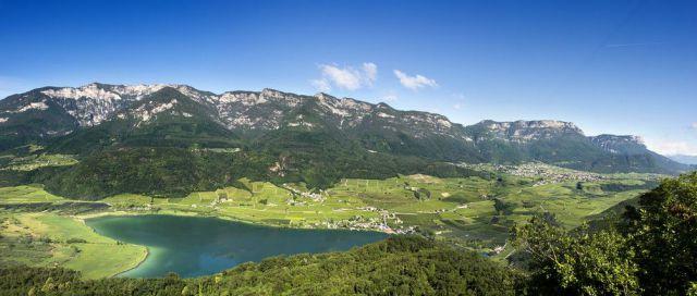 Kalterer-See-Blick-von-Leuchtenburg-Quelle-Helmuth-Rier