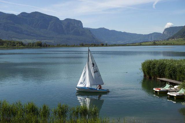 Kalterer-See-mit-Segelboot-Quelle-Helmuth-Rier