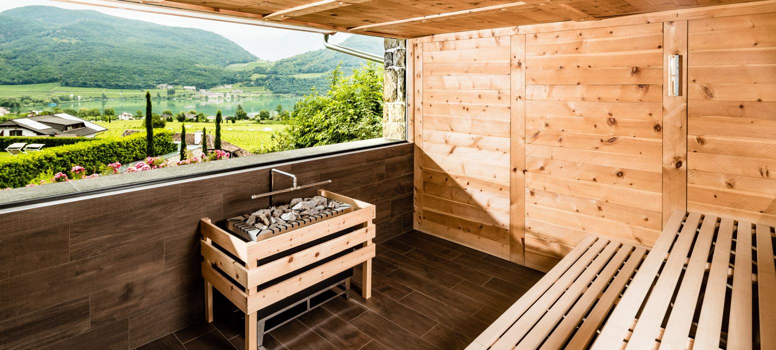 Finnische Saune mit Seeblick im Wellnesshotel in Kaltern am See Hasslhof
