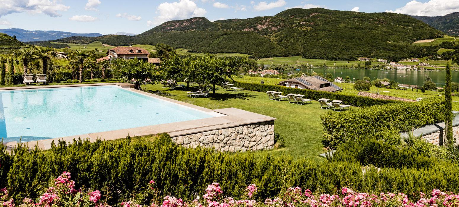 Liegewiese im Hotel in Kaltern mit Seeblick und Pool