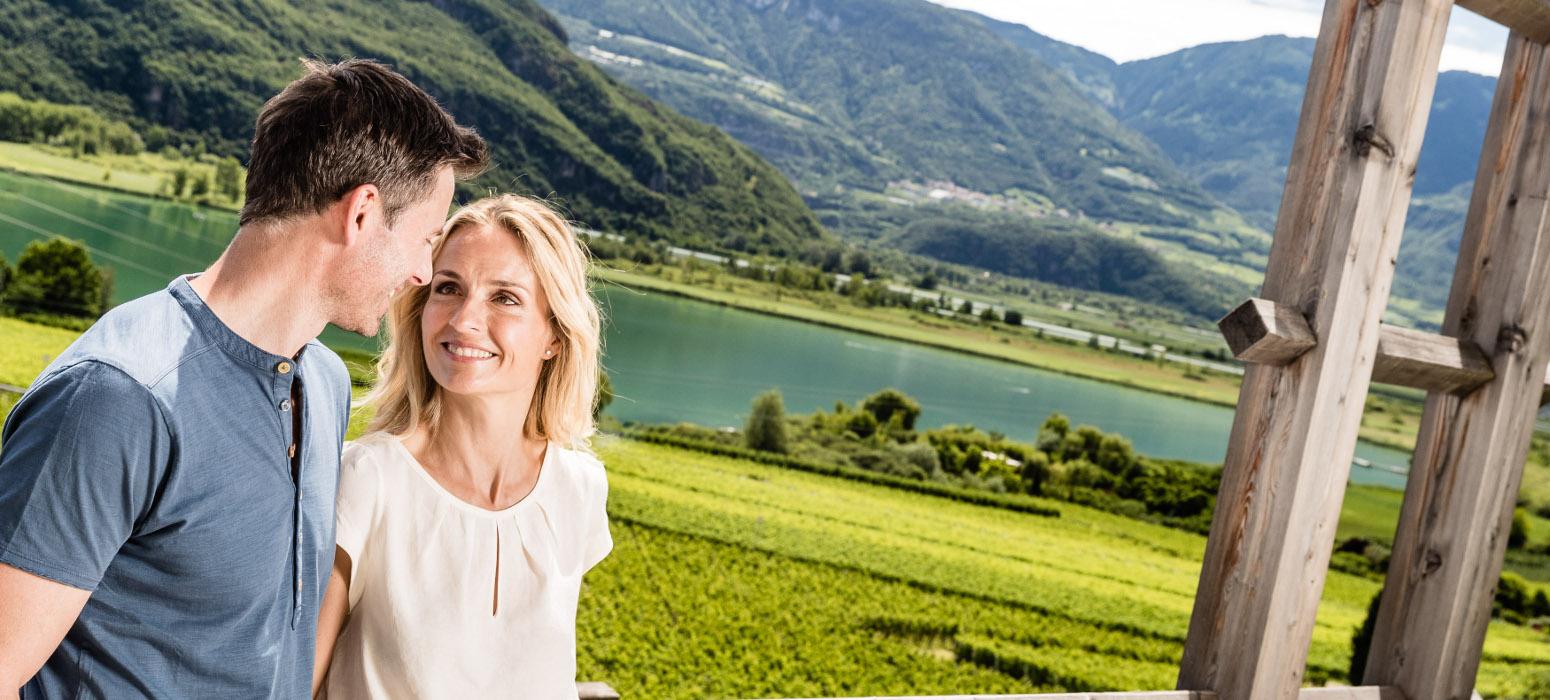 Kalterer See Hotel: Paar vor See Panorama im Weinhotel Südtirol