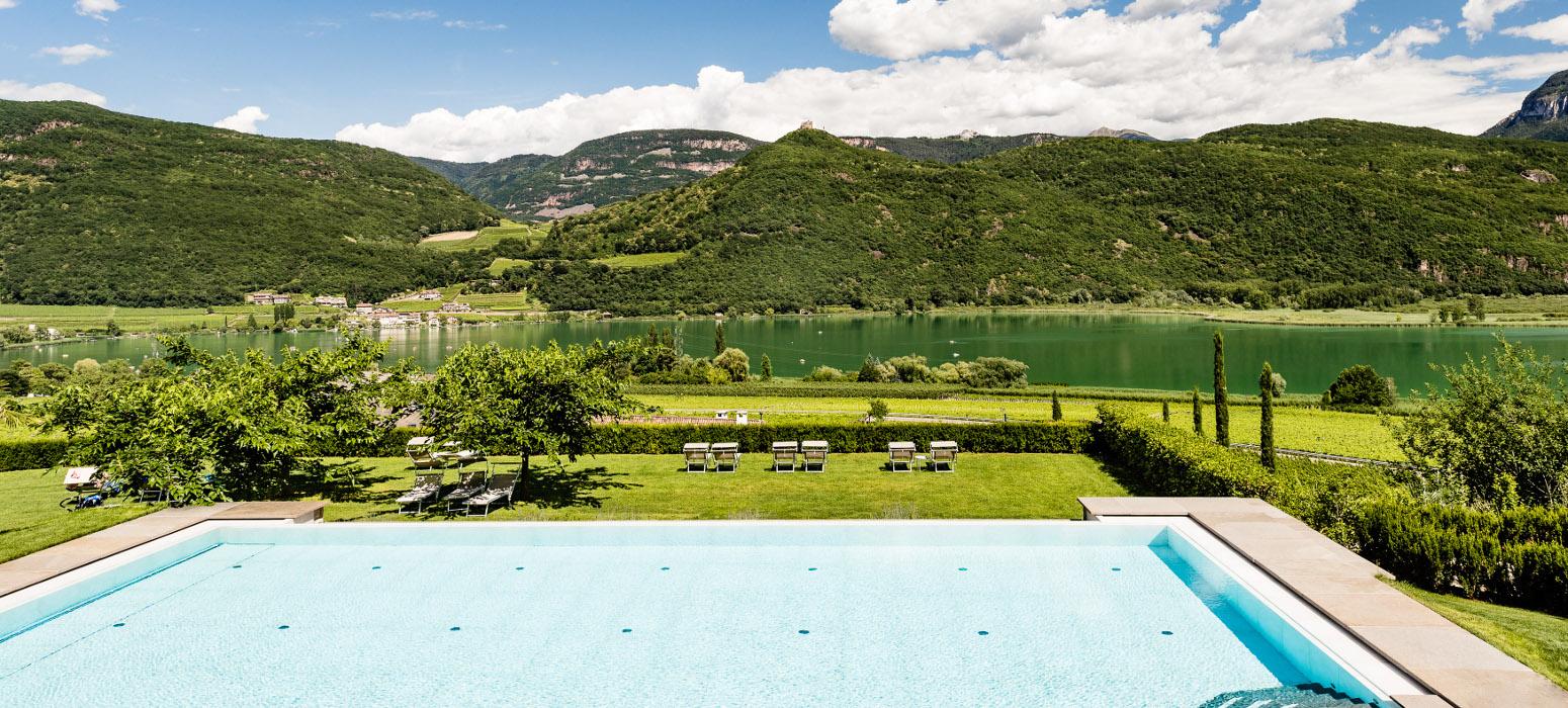 Hotel Kalterer See - Liegewiese mit Seeblick