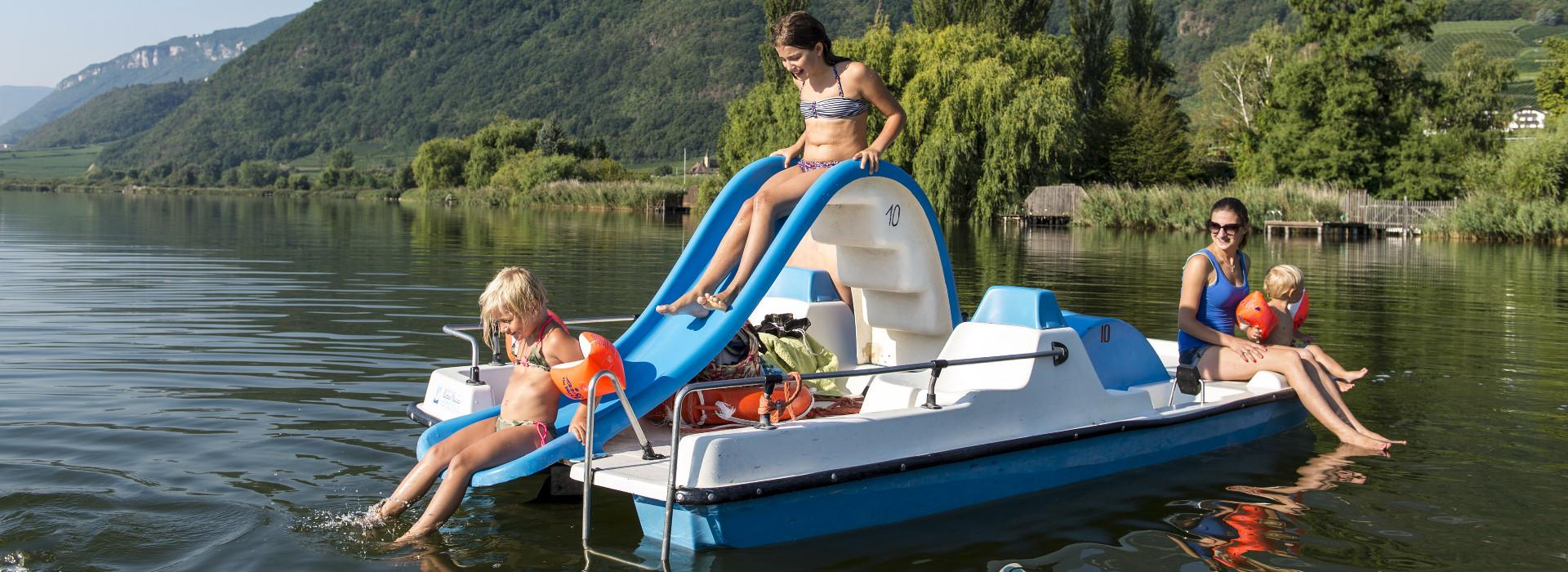 Tretboot auf dem Kalterer See - Aktivitäten im Familienhotel in Kaltern am See