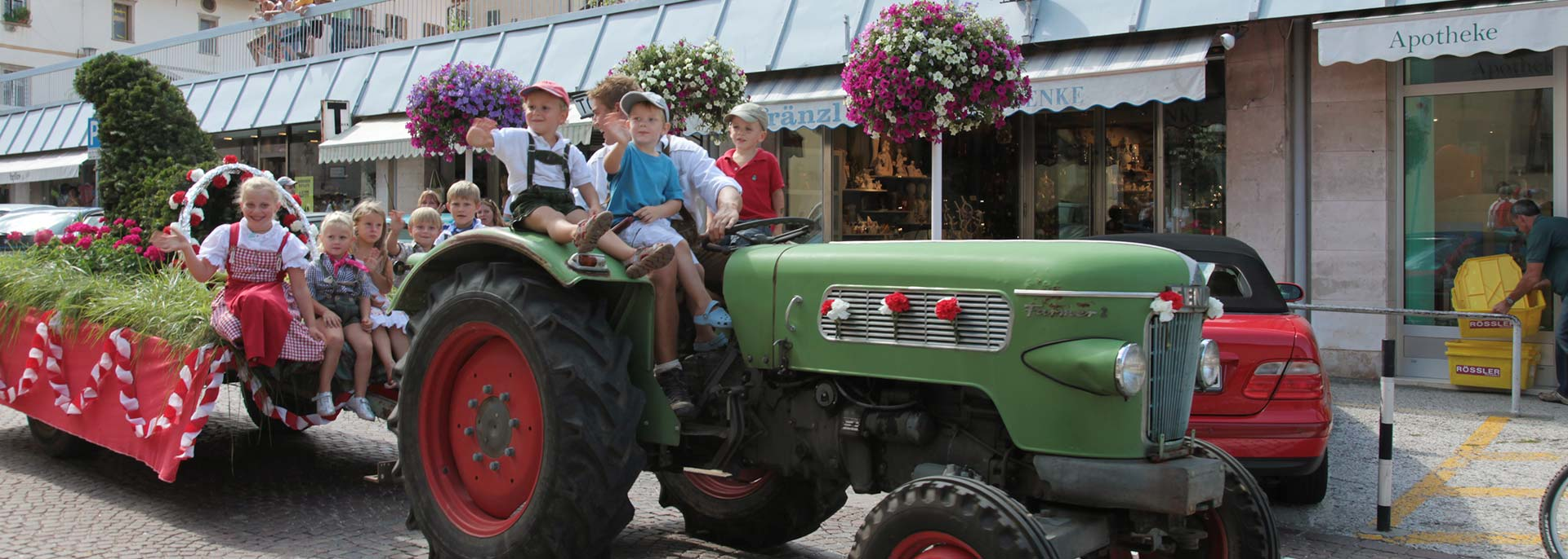Umzug in Kaltern - Kinder auf Traktor - Urlaub in Kaltern am See