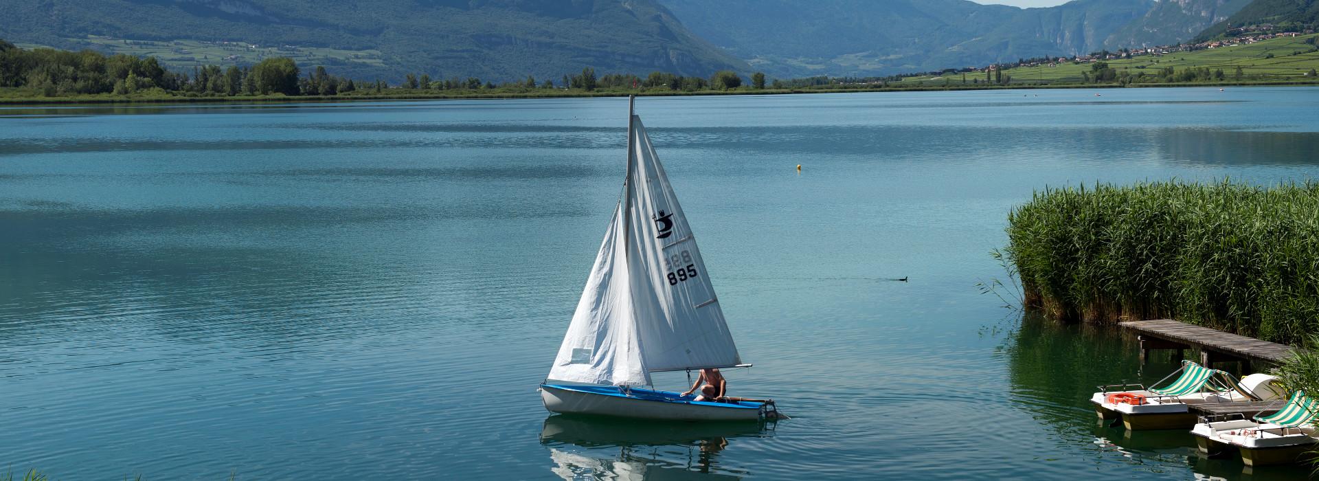 Segelboot auf dem Kalterer See - Urlaubsstimmung mit Seeblick im Hotel am Kalterer See