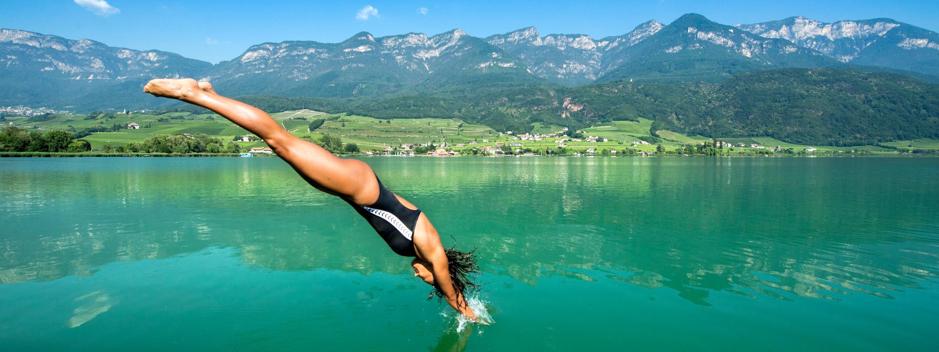 Sprung in den See beim Urlaub im Hotel Kalterer See