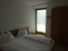 Kleines Doppelzimmer mit Terrassenzugang im Stammhaus der Pension