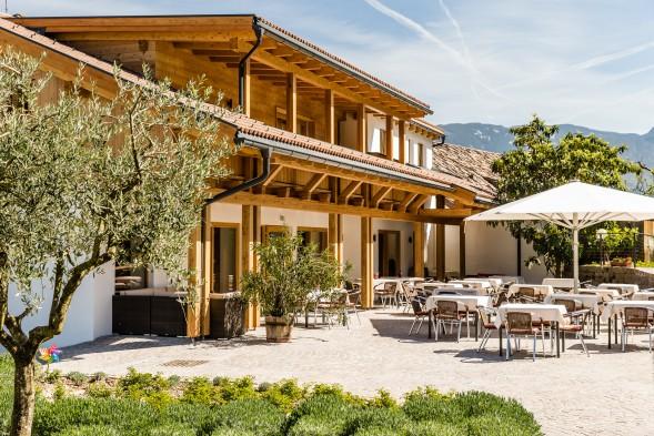 """Neubau der Pension mit dem Innenhof """"La Piazzetta"""" in Kaltern"""